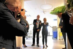 Invigning. Landstingsstyrelsens ordförande Marie-Louise Forsberg-Fransson (S) och landstingsrådet Mats Gunnarsson (MP) klippte gemensamt bandet när den nya dialysavdelningen på Lindesbergs lasarett invigdes. Den har åtta platser och kommer sammanlagt att ta emot nio dialyspatienter.