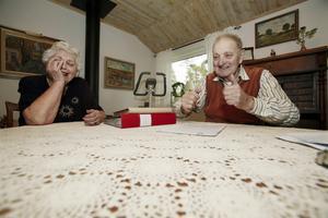 Minnen som väcker glädje. Gunnel Asklund skrattar gott när maken Charles delar med sig av minnen från gångna tider.