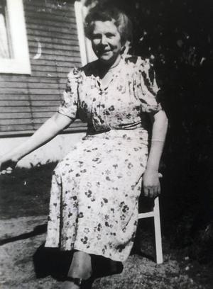 Selma Nyström utanför sommarstugan i Iste någon gång på 1950-talet.