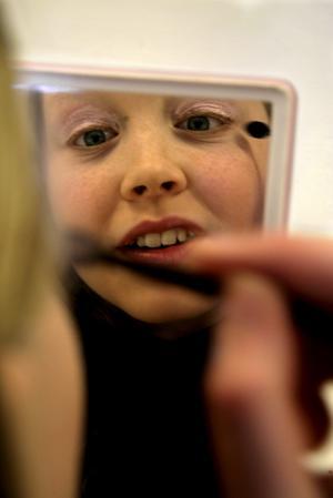Mikaela Westling, en av tjejerna på kursen, lägger med stor omsorg på sminket.