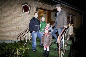 Spekulanter. Mamma Rebecka, Noah 7 år, Elisa 6 år, Tyra 2 år och pappa Daniel letar ett större boende.