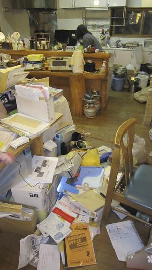 Så väl lösa saker som elektronik kastas omkull av de kraftiga skakningarna i timmerhuset.