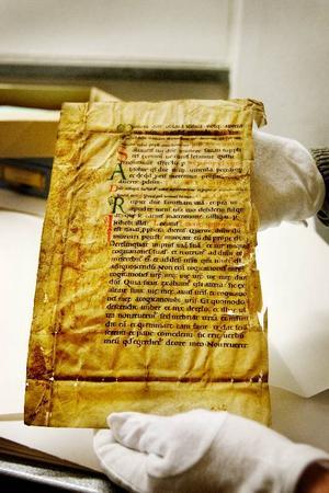 Ett gammalt pergament med skrift på latin – troligtvis från 1100-talets England – har någon gång i historien letat sig till Oviken och där använts som omslag till en kyrkobok.