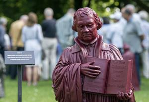 Färggrann Martin Luther i installationen