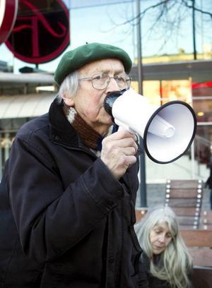 Berör gamla och unga. Thorild Dahlgren, 90 år i april, deltog i kärnkraftsdemonstrationen på Stortorget tillsammans med många ungdomar.