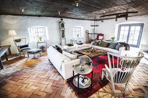 Ernsthuset. Ja, så kallar Carl Jan ett sädesmagasin och brygghus som Ernst Kirschsteiger har inrett. Golvet är handslaget tegel och bordet är byggt av bräder från det gamla stallgolvet.