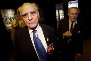 Harry Järv, som sade sanningens ord till Koivisto, på filmpremiären av Framom Främsta Linjen 2004. Filmen byggde på Järvs bilder som visades på utställningen 2001 där han mötte presidenten.