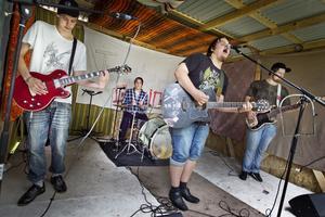 Det blev fullt ös(regn) på byafesten, då Martin Hall, Oskar Lönn, Mattias Eliasson och Sebastian Persson spelade egna låtar i bandet Twisted Groin.