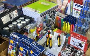 Läxläsningen kan bli roligare med en färgglad penna. Skolstarten ger ett uppsving för handeln.