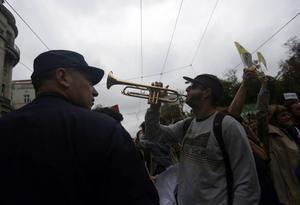Människor blockerar trafiken som protest mot byggprojektet