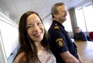 Erika Frisk går tredje året på Bromangymnasiets musikprogram. Hon tycker att det verkar jättespännande att vara polis, även om hon inser att det med yrket också följer många risker. Men kanske, står hon i framtiden, liksom Sam Olov Palm, i polisuniform.
