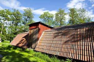 Det gamla kolhuset från brukstiden står fortfarande kvar i Oslättfors.