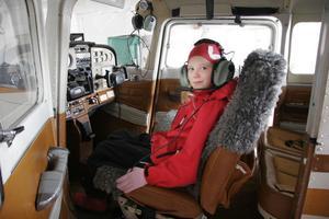 Åttaåriga Thelma Lodin verkade trivas i förarplatsen på flygklubbens motorflygplan. Men någon tur i det blå blev det inte den här dagen.