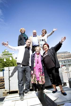 Glada arrangörer. Övre raden från vänster Marie Edling, landskapsarkitekt, Mats Öström, kultur och fritidschef och Elisabet Jonsson, bygg och miljöchef. Nedre raden från vänster: Joakim Lundberg, evenemangsansvarig på Destination Gävle, My Krutrök, informatör på tekniska kontoret och Eva Olsson, centrumledare.