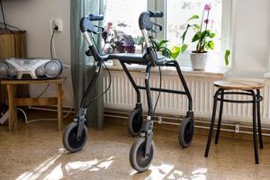 En rullator hemma hos en äldre person.