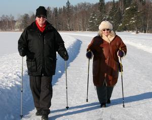 Raul och Barbro Eklund stavpromenerade i vintersolen på Långforsen.
