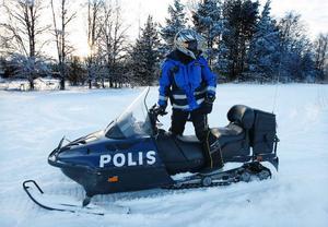 Ingen vanlig syn i skoterspåret, men den här veckan har polisen kollat upp skoteråkare. Tidigare i veckan var patrullerna i Brunflo och Torvalla. I går var man I Krokom, Dvärsätt och Hissmofors. Polisen Maria Halvarsson höll utkik efter skoteråkare i Krokom i går eftermiddag. Foto: Jan Andersson