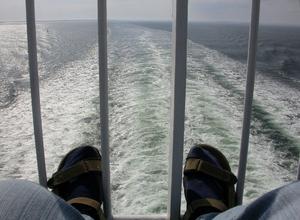 Sverige försvinner sakta i horisonten. Havet brusar efter Finlandsbåten.