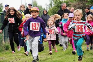 Startskottet har gått för Mini-maran. Barnen kunde springa 400 eller 800 meter. Start och mål var vid sporthallen.