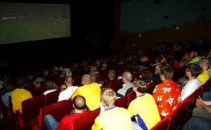 Så gott som fullsatt och mycket blågult i salongen på Ånge Folkets hus som  visar fotbolls 0fa2c3bde2922