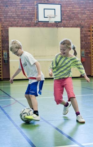 Max Sundqvist och Nellie Hag tycker att det är roligt med höstlovsläger. De har fått spela bandy och så har de lekt fotbollslekar, till exempel krabbfotboll som är en slags fotboll med både händerna och fötterna i marken.