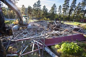 Danspaviljongen, som hämtades från Renbergstäkten för drygt 30 år sedan, är riven. Här kan det nu byggas ett trettiotal nya parkeringsplatser.