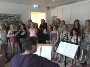 Elever från Brännaskolan hälsade sommaren välkommen med Idas Sommarvisa.
