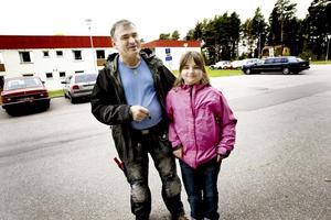 Familjen Wawrzyniak från Polen har inte stött på främlingsfientlighet själva och trivs i Valbo, men Miroslaw oroas över bråket på Sofiedalsskolan eftersom dottern Julia börjar där nästa år.