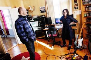 Bredvid studioskrivbordet står en bokhylla med hyllplanen fullproppade av skivor. PJ Harvey, Tom Waits och Bob Dylan är några av husgudarna.