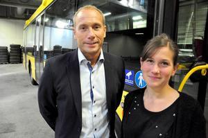 Kenneth Lind lämnade på måndagen över chefsstolen på Stadsbussarna till Karin Axén som har varit hemma i 17 månader på mammaledighet.