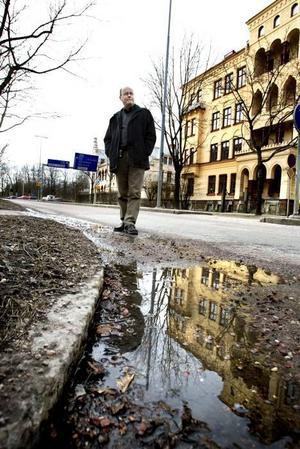 Staketgatan är en av de risigaste gatorna i centrala Gävle. Enligt Leif Liljeberg, sektionsledare på tekniska kontoret, är den en av de gator som måste få ny beläggning i år eller nästa år. Sammanlagt bedömer han att det behövs omkring 40 miljoner kronor för att komma ikapp med det eftersatta gatuunderhållet.