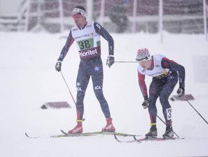 Johan Olsson växlar med Lars Nelson under herrarnas stafett 10x3 km under SM-tävlingarna i Ånnaboda utanför Örebro. Foto: Fredrik Sandberg/TT