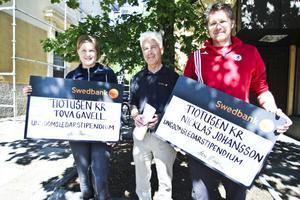 Tova Gavell och Nicklas Johansson tilldelades stipendier av Lars Olsson.