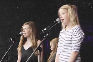 Filippa Fager-Salanto och Fanny Almersson sjöng Kom, kom, kom. De kompades av flera tjejer på olika instrument.