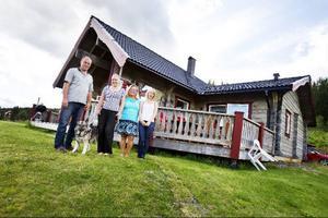 Christer och Seija Klingberg från Sollentuna har byggt ett hus i Björkvattnet och planerar att bosätta sig i byn permanent när barnen Angelica och Louise flyttat hemifrån.