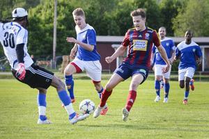 Petter Andersson och Härnösands målvakt William Amamoo gick in hårt...