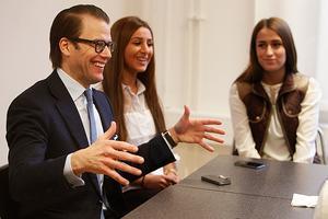 Man måste våga, sade Prins Daniel vid rundabordssamtal med gymnasieelever, här Eliane Kastoune och Aziyar Pasandideh.