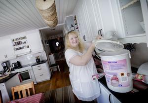 En hink med hål för avsågade flaskor, en fläkt på det och i hinken frusna vattenflaskor. Sedan har du en väl fungerande kylfläkt till sovrummet, säger Susanne.