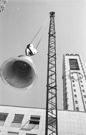 Klockorna hissas upp i stadshustornet under monteringen 1960.