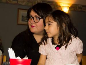 Lin Nizarsaid, 5 år, trivs bäst i knät på Sarah Häggdahl från Unga Örnar.