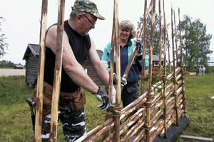 Torbjörn Bohlin och Siv Storm-Bohlin visade gärdsgårdsbindning. Konsten är att välja virke och knyta banden så det håller, konstarar han.