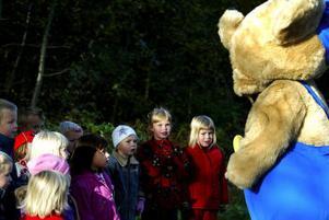 Några av barnen tyckte att det var lite läskigt med Bamse, andra vågade till och med känna på honom och dra honom i örat.