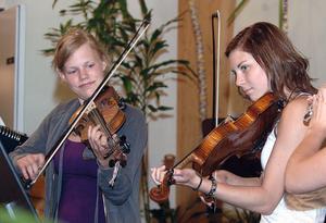 Anna Holm och Isa Hammarsten fick verkligen upp farten i Henkes schottis. God hjälp hade de av flöjtisten Sara Engman.
