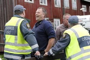 Vakter kan visst vara roliga – åtminstone när Anders Engberg tar ett snack med dem.