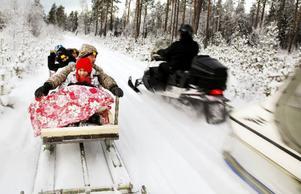 Snön yrde och det gällde att hålla sig fast i kälken när skotern for fram.