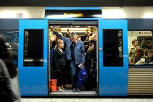 Resenärer på den röda linjen mot Fruängen i Stockholms tunnelbana.