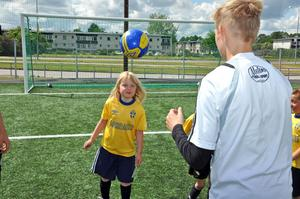 Nickar. Julia Sjöström tränar på att nicka bollen medan  Alexander Östervall matar bollar.