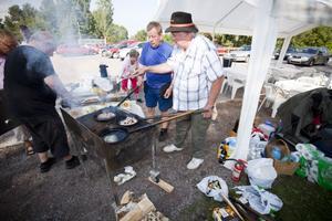 Stefan Hedlund och Arne Eriksson stekte kolbullar i solskenet och bjöd besökarna på Årsundadagen.
