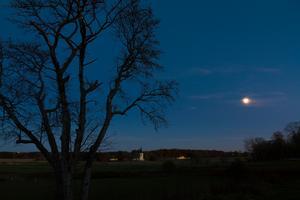 Stjärnklar, kall och vacker vy över Svartådalen med Skerike kyrka i blickfånget. Bilden är tagen söndagen 17/10-2010.