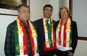 Kurdiska affärsmannen Sarkat Junad, i mitten, har investerat i Dalkurd AB och hoppas få se klubben i Champions League inom tre till fem år. Ramazan Kizil, ordförande och Kristina Svensson, vice ordförande, är givetvis glada och nöjda över den externa finansieringen.